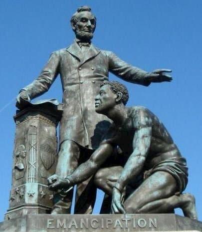 黒人が跪いているリンカーンの銅像を排除すべきという声がボストンで挙がるも実は・・・