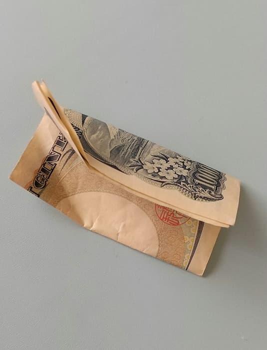 重そうなバッグを持ったおばあちゃんを車で送ってあげたら千円もらった話が感動的だと話題に!