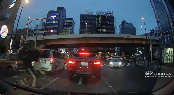 【ドラレコ動画】Uber Eatsの自転車が接触事故、「かもしれない運転」で回避できるレベルじゃない。これでも車が悪いっておかしいよね。