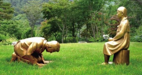 安倍晋三総理が慰安婦少女の銅像に土下座する「永遠の贖罪」像が作られてしまう