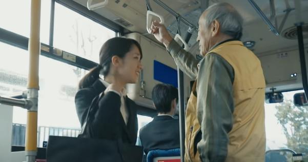 【動画】バスで席を譲ったらまさかの展開に!?タカラトミーの人生ゲームのCM「奇跡?」が話題沸騰!