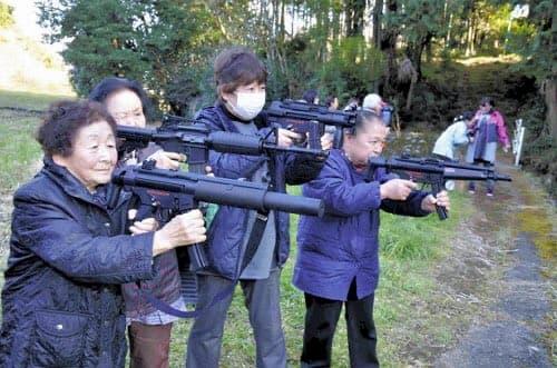 【爆笑】面白い画像まとめ:エアガンで猿の撃退を実習する主婦たち