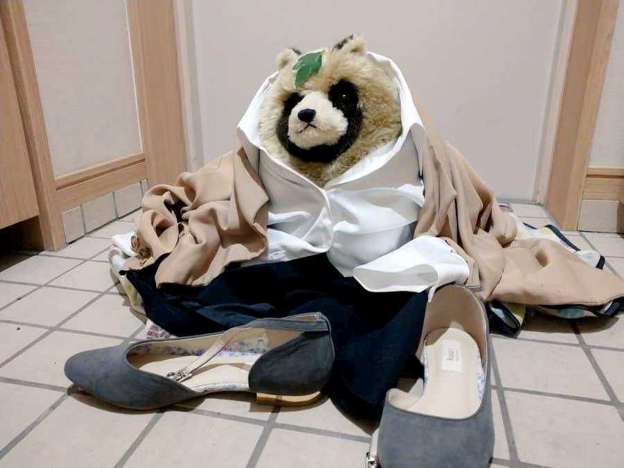 「地味ハロウィン2020」が今年もシュールでカオスで面白い!:仕事に疲れて帰ってきて、玄関で変身が解けてしまった多摩のOL