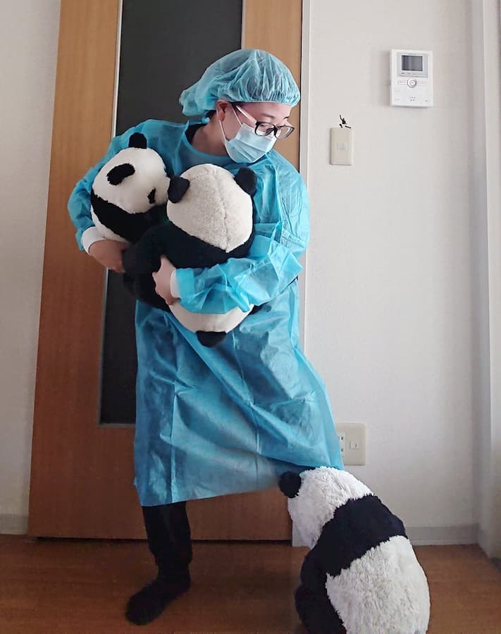 「地味ハロウィン2020」が今年もシュールでカオスで面白い!:パンダが足にまとわりついてしまう飼育員