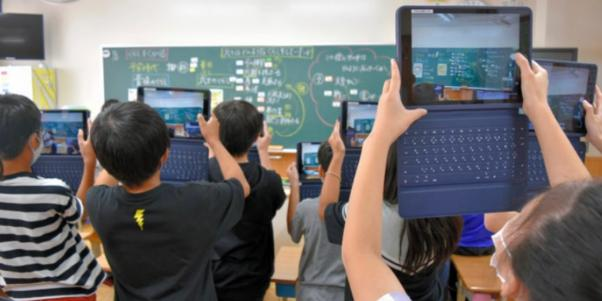 黒板の板書をタブレット端末で撮影する児童たち→ネットの反応「違うそうじゃない」