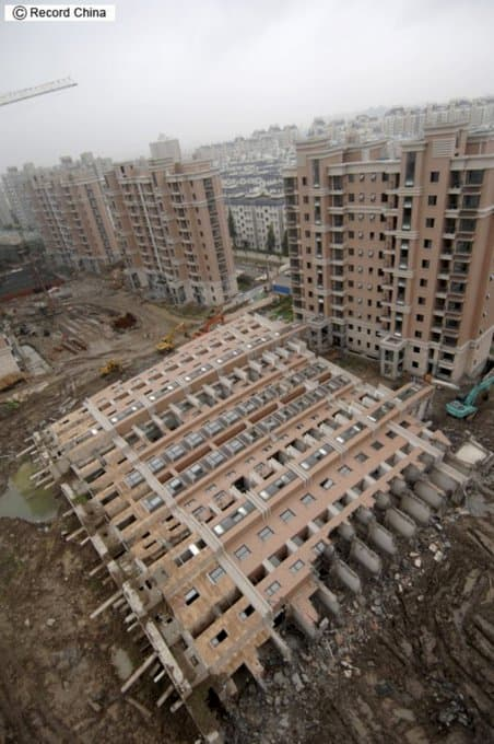 「クソ物件オブザイヤー2020」まとめ:中国のマンション築30年で倒壊。マンションを支える鉄骨が耐えきらなくなった