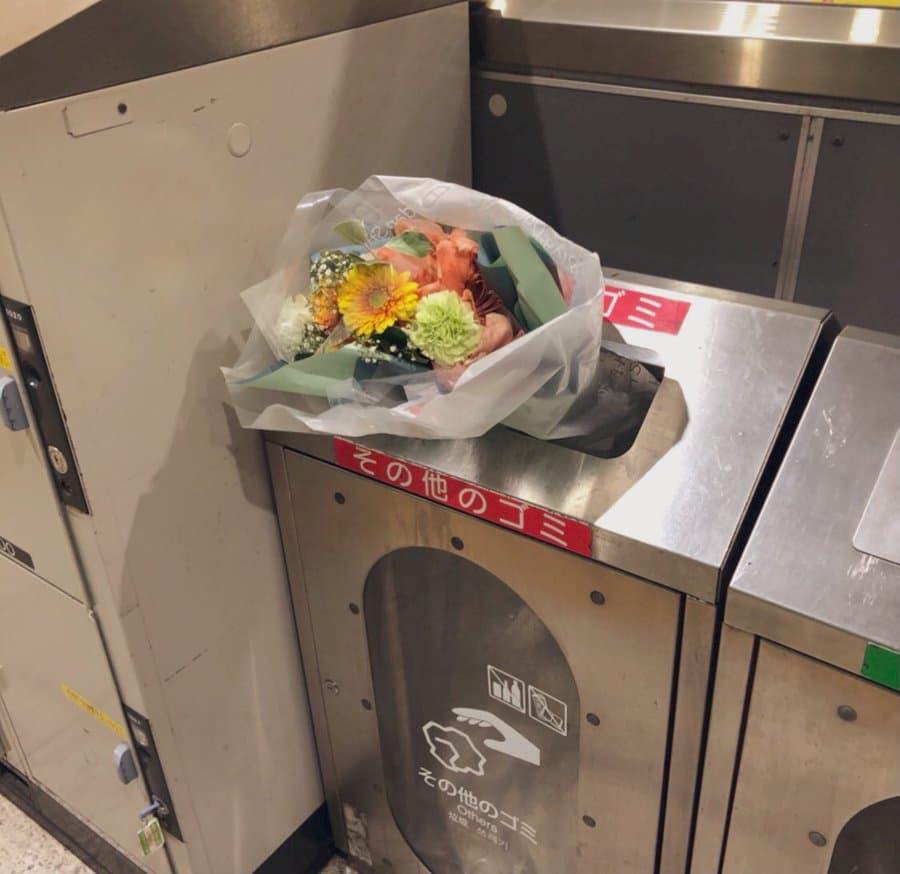 【ゴミ箱に捨てられた花】色んなストーリーを想像してしまう1枚の写真