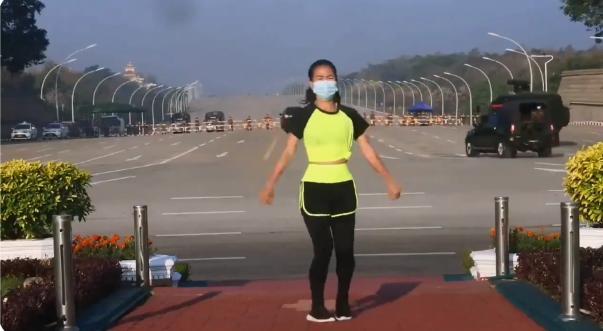 ミャンマーにて、クーデターが後ろで起こっていることに気付かず、日課のエアロビクスをしてしまい歴史的な動画になってしまった