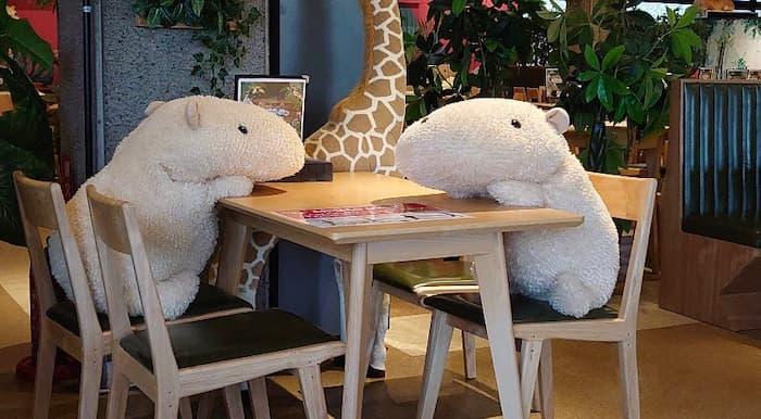 パリのカフェでソーシャルディスのために使われたクマの特大ぬいぐるみが可愛い