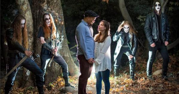 森でプロポーズしたら、ブラックメタルバンドもアー写の撮影してて、そのままコラボした婚約写真