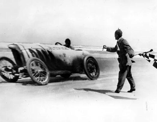 アメリカのアニメとかで「高速で移動する自動車が前のめりに斜める」理由が判明!