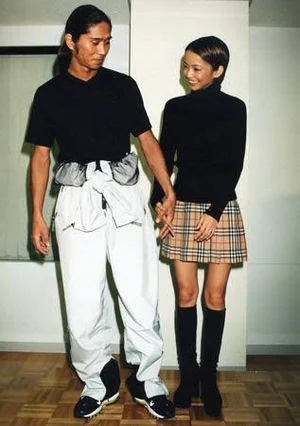 華原朋美さんの結婚発表の時の服装が安室奈美恵さんの結婚発表の時と同じで怖すぎるwww
